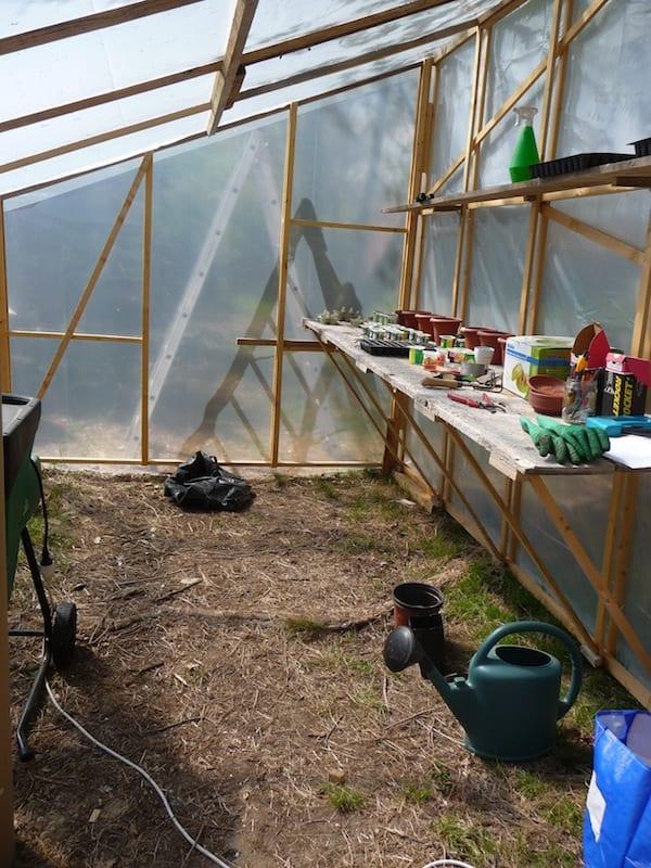 Ma première serre pour installer mon système d'aquaponie, construite avec de très petites sections de bois.