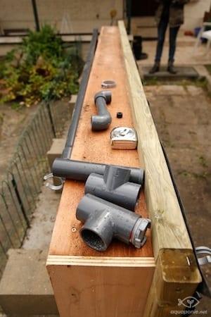 La plomberie du bac de culture d'aquaponie en cours
