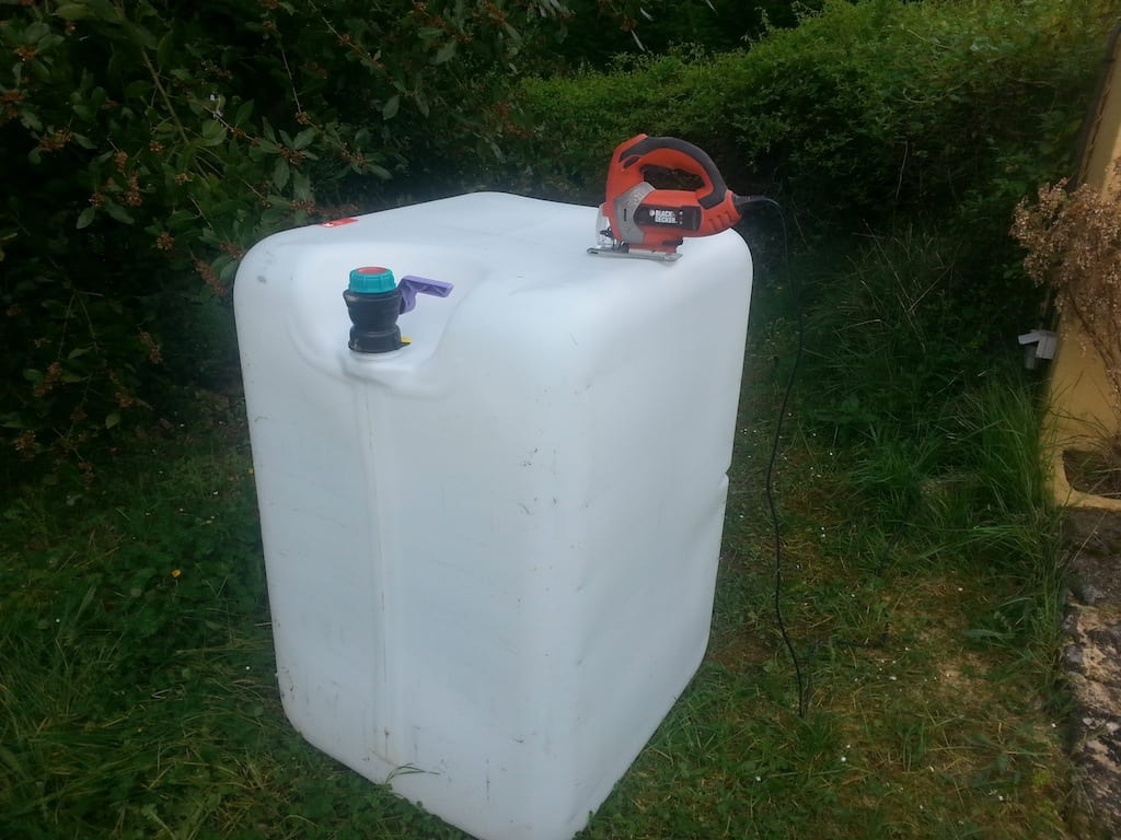 La découpe de la cuve pour réaliser les bacs de culture d'aquaponie se fait très bien à la scie sauteuse