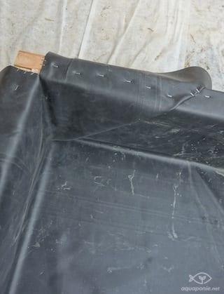 Detail de pliage de la bache EPDM dans le coin du bac